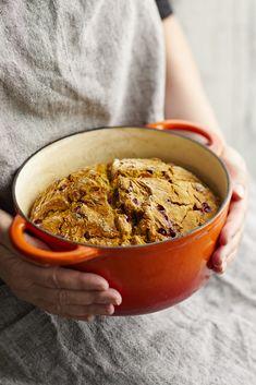 11–12 dl puolikarkeita spelttivehnäjauhoja 1,5 tl suolaa 0,5 tl ruokasoodaa 1 tl leivinjauhetta 50 g huoneenlämpöistä voita 2 dl puolukoita (pakaste) 4 ½ dl porkkanamehua 1 rkl öljyä padan voiteluun…