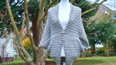 Here you'll find a free pattern for a warm and cozy crochet shrug. This crochet shrug is very simple and beginner friendly. Easy Crochet Shrug, Crochet Shrug Pattern Free, Lacey Pattern, Crochet Bee, Crochet Cocoon, Crochet Mouse, All Free Crochet, Crochet Cardigan, Single Crochet