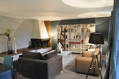 Salon moderne, style British, cheminée, salon bleu  http://labottesecrete.fr/
