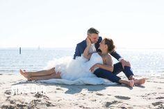 #bruidsfoto #bruidsfotografie #hellevoetsluis #droogdok #fortezza #strand De trouwdag van Lourien en Clen begint op een prachtige nazomerdag in oktober bij het bruidspaar thuis, hier wonen zij al een tijdjemet hun mooie gezinnetje. Slechts een enkele muur zijnBruid en Bruidegom van elkaar verwijderd wanneer zij zich aankleden voor de grote dag, alleen de jongens…