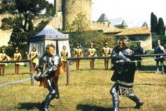 """Les comédiens Jean Marais (1913-1998) et Guy Delorme (1929-2005) face aux remparts de Carcassonne le 15 avril 1961 pendant le tournage du film """"Le Miracle des loups"""", réalisé par André Hunebelle (1896-1985). Photo: Fondation Jérôme Seydoux Pathé"""