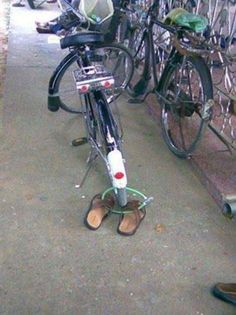 Oh darn. Now I can't steal the bike. - So Funny Epic Fails Pictures Funny Images, Funny Photos, Funny Fails, Funny Jokes, Funny Texts, Funny Troll, That's Hilarious, It's Funny, India Funny