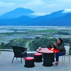 Semarang identik dengan makanan lumpia dan bandeng presto. Padahal, di sini ada banyak tempat makan lain yang tak kalah enak dengan pemandangan memukau.