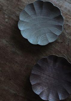 輪花皿 ( 上. 神代ニレ 下. ブラックウォールナット ) Wooden Platters, Wood Tray, Wooden Bowls, Ceramic Design, Wood Design, Wood Tools, Wooden Crafts, Wood Sculpture, Wood Turning