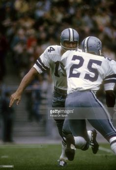 Quarterback Craig Morton #14 of the Dallas Cowboys turns to hand the ball off to running back Les Shy #25 during an NFL football game circa 1968.