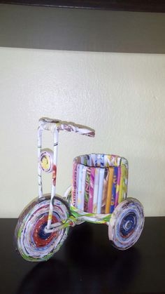 Triciclo realizado con papel reciclado, por Lourdes Vancampo Fousse. Recycled Paper Crafts, Paper Bag Crafts, Cardboard Box Crafts, Paper Flowers Craft, Paper Crafts For Kids, Diy Arts And Crafts, Diy Paper, Paper Art, Newspaper Basket