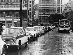 Uma foto de um dia chuvoso nos anos 60 no Viaduto do Chá em São Paulo/SP. Ônibus que fazia a linha Patriarca-Anastácio. Na foto vemos estacionados um Sinca Chambord e um Gordini - Galeria da Saudade por Klaus Jürgen Mahrenholz
