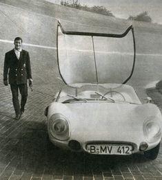 Luigi Colani, et son premier prototype en bas des impressionnantes falaises du circuit de l'Avus, 1962