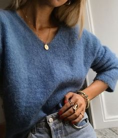 V-neck sweater + gold coin necklace + high waist jeans - Woman Casual Look Fashion, 90s Fashion, Winter Fashion, Fashion Ideas, Trendy Fashion, Fashion Outfits, Retro Fashion, Blue Fashion, Fashion Vintage