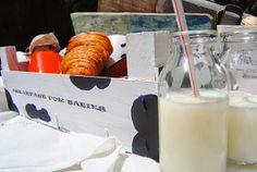 Se me ha colado una vaca en la caja http://inventandobaldosasamarillas.blogspot.com.es/2014/06/caja-de-frutas-para-el-desayuno-de-los.html