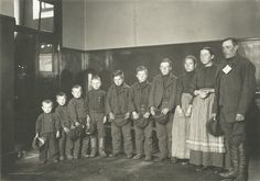 She looks great for having had all those kids. Immigrant family, Ellis Island, New York, Photo: Leaving Europe: A new life in America - Virtual Exhibition by Europeana Vintage Pictures, Old Pictures, Old Photos, Antique Photos, Vintage Images, Us History, American History, History Pics, Church History