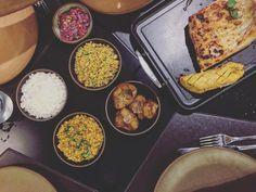 Ontem fomos no Moquém do Banzeiro do chef @felipeschaedler_ aqui em Manaus. Essa casa é especial para assados. Na foto guarnições de baião de dois farofa batata assada arroz e tambaqui assado (R$129 serve duas pessoas). Uma delícia os acompanhamentos são maravilhosos.  #gourmeadoisporai #gourmet #manaus #amazonas #culinaria #cultura #banzeiro #chef #masterchef #peixe #tambaqui #gourmetadois #travel #viagem #amazonia