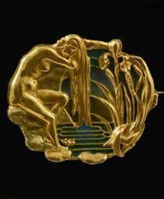 An Art Nouveau gold and plique-à-jour enamel brooch, by Joe Descomps, circa 1900. Singed Descomps. #Descomps #ArtNouveau #brooch