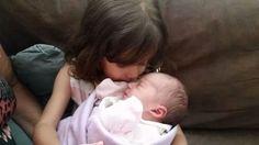 O encontro mais esperado - Bebê 123 - É difícil descrever a expressão da Malu quando segurou a irmã pela primeira vez ...  #Filhos