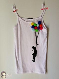 recicla una simple camiseta blanca cortando las mangas y el cuello y crea tu propio dibujo