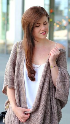A cosy spring outfit with an ripped jeans, a white top and a comfortable cardigan. I really love this outfit for spring. Fashionblogger by JustMyself. Girl with brown long hair