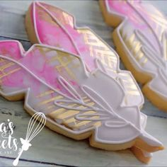 New TUTORIAL up on my YouTube channel. Pretty feathers . Temp link in bio ^^ . . . #emmassweets #cookies #edibleart #cookieart #cookievideo #cookietutorial #tutorial #video #youtube #youtubevideo #royalicing #sugarart #sugarcookies The place inside by Silent Partner (soundtrack)