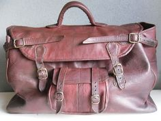 Schitterende vintage donkerrode leren reistas tas weekendtas. $100,00, via Etsy.