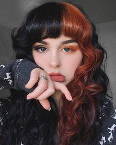 Dyed Curly Hair, Half Dyed Hair, Split Dyed Hair, Dye My Hair, Curly Hair Styles, Half Colored Hair, Hair Color Streaks, Hair Dye Colors, Dyed Bangs
