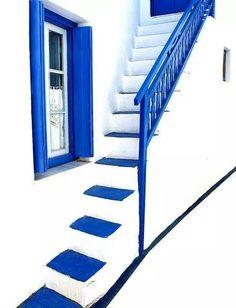 A éviter dans une entrée à cause du bleu /// eau qui éteins la réputation et l'image qui régit une entrée mais ce bleu profond relève la couleur blanche neutre et nous invite à …