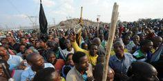 Les mineurs de Marikana : derrière cette colère, il y a la véritable bombe à retardement sociale qu'a laissée l'apartheid avec dans le pays une classe ouvrière nombreuse, avec des traditions de lutte. La société sud-africaine est restée l'une des plus inégalitaires du monde. Cette combinaison ne peut être qu'explosive. Et compte tenu de ce que représentent les mineurs il se pourrait bien que ce soit eux, et les militants qui en détiennent les clés. Reste à savoir s'ils s'en serviront.