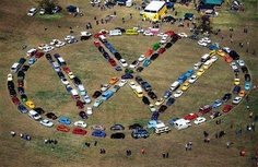 A VW logo... made out of Volkswagens! Volkswagen Bus, Vw T1, My Dream Car, Dream Cars, Combi Split, Vw Cabrio, Vw Logo, Vw Camping, Vw Vintage