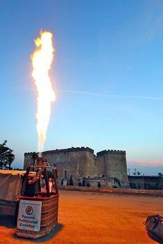 Preparando el globo para un vuelo privado junto al Castillo del Buen Amor, Salamanca.