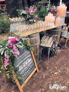 www.kamalion.com.mx - Estación de bebidas / Aguas frescas / Cocktail bar / Barra de bebidas / Pink lemonade / Limonada rosa / Country / Vintage / Boda / Wedding / Gin / Cocteles / Frascos / Jars / Tom Collins / Barriles / Welcome sign / Chalkboard / Pizarrón / Letrero / Bienvenidos / Decoración