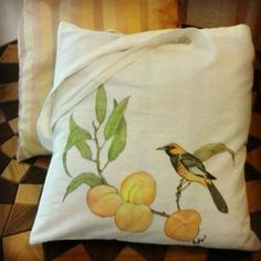 Hand-painted shopper bag by Il Malamizio. #peach #peaches #branch #birds #bird #cloth #bag #shopper #textil #handpainted #handdecorated #borsa #borse #tela #pesche #uccellino #ittero #naturalistic #nature #naturalistico #natura #rami #ramo #leaves #foglie #dipintoamano #ilmalamizio https://instagram.com/p/8d_jsoA3-K/?taken-by=ilmalamizio