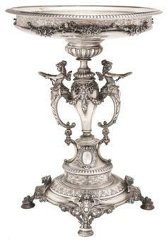 Bela fruteira de prata européia., com trabalhos a cinzel e alto relevo, alças representando figuras