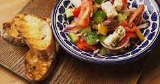 Voyagez en Grèce en cuisinant ce classique présenté par le chef Hugo dans l'émission Survivre en semaine : une salade grecque pleine de fraîcheur!
