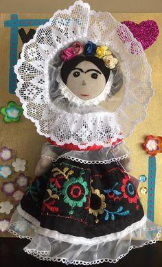 Bellas muñecas hechas a mano por artesanas mazahuas, inspiradas en tres imágenes icónicas de Frida Kahlo. La ropa de las muñecas también está hecha a mano, portan tocados de flores, diademas, aretes de chapa, ropa interior, cabello de estambre, son articuladas en brazos y piernas y van sujetas a un bastidor de madera decorado a mano con motivos tradicionales mexicanos. Colección de tres Fridas y un Diego, envíos a cualquier parte de México y el mundo.