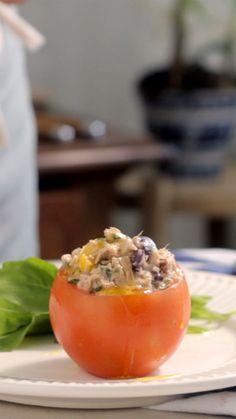 Tomates recheados com salada de atum, uma receita deliciosa e super prática de preparar em casa.