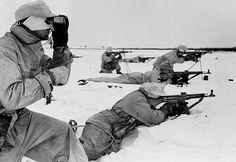 Deutsche Gebirgsjäger in Wintertarnung auf Skipatrouille. Das Foto muss im Winter 1944 entstanden sein, da alle Soldaten mit dem Sturmgewehr StG44 ausgestattet sind.