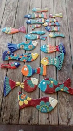 Clay fish with different designs. Clay Projects, Clay Crafts, Diy And Crafts, Arts And Crafts, Ceramic Clay, Ceramic Pottery, Slab Pottery, Ceramic Bowls, Arte Pallet