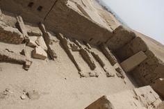 Templo Ptolemaico de Deir el Medina : Capillas y restos de construcciones. | por Soloegipto