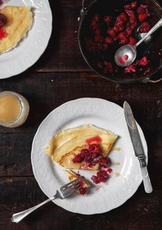 Crepes with raspberries & maple drizzle - Trois fois par jour How To Cook Pancakes, Crepes And Waffles, Cooking Pancakes, Crepes Minces, Eat Breakfast, Breakfast Recipes, Christmas Breakfast, Sweet Recipes, Sweet Tooth