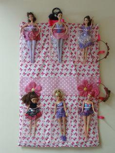 Organizador com bolsos transparentes para colocar barbies <br>com bolsinhos para guardar presilhas e bonecas pequenas <br>alcinhas para pendurar tiaras (arcos)