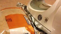 Metti un foglio di alluminio sul bordo di un sacchetto di plastica che vuoi sigillare e passaci sopra con il ferro da stiro.