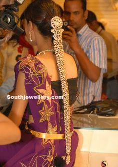 Bride in Diamond Jada ~ Latest Jewellery Designs Silver Jewellery Indian, Indian Jewellery Design, Jewelry Design, Latest Jewellery, South Indian Bride Hairstyle, Indian Bridal Hairstyles, Indian Hair, Hair Jewelry, Gold Jewelry