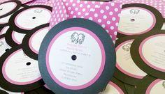 Partecipazione nozze tema musica modello disco versione fuxia con pochette a poi
