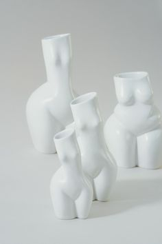 These beautiful woman sculptures are handcrafted in Vienna by the artist Andrea Kollar in cooperation with the Austrian ceramic artist Hermann Seiser. The vases in the shape of a female body are a tribute to the magnificence of women, inspired by the great works of the sculptors Jean Arp and Constantin Brâncusi. All ceramic artworks are available in my online shop. aesthetic home decor | minimal sculptures | unique art pieces #andreakollar Black And White Prints, Black And White Wall Art, Black And White Drawing, Love Drawings Couple, Couple Art, Ceramic Figures, Ceramic Artists, Jean Arp, Vase Design