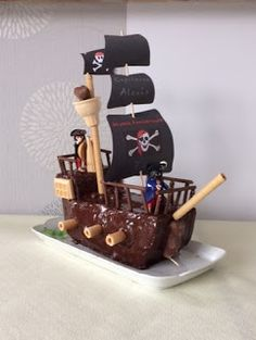 et voici un beau gâteau pour un capitaine en or ! A vous de jouer moussaillons ! Pirate Birthday Cake, First Birthday Cakes, Pirate Ship Cakes, Simple Cake Designs, Cheesecake Desserts, Party Cakes, Amazing Cakes, Cupcake Cakes, Cake Recipes