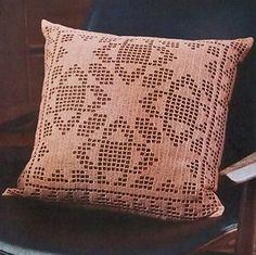 Quilt_block_filet_pillow_styled_