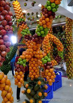 another artsy Fruit decor at Juice World Dubai Life In Saudi Arabia, Deco Fruit, Food Platters, Food Buffet, Vegetable Shop, Fruit Shop, Juicing For Health, Exotic Fruit, Healthy Juices