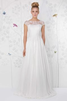 SADONI wedding dress LISBOA with a romantic sweet heart neckline and French lace top.