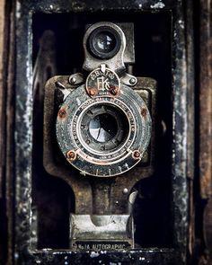 Eastman 2C Kodak Jr. CAMERA VINTAGE OLD Autographic ball bearing shutter. Film Size: A130.  Shutter: Ball Bearing T, B, 1/25-1/100. Lens: Meniscus achromatic, 4 apertures.   1910 Industrial Art