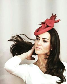 Kate Middleton, Duchess of Cambridge. The ultimate hair flip. Prince William And Catherine, William Kate, Princesse Kate Middleton, Estilo Real, Hair Flip, Kate Middleton Style, Princesa Diana, Princess Charlotte, Lady Diana