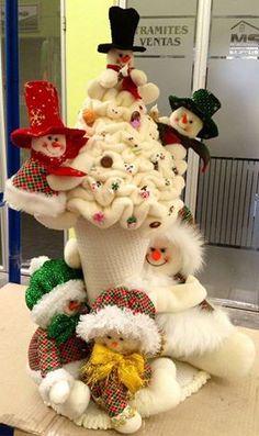 cono nieves Beaded Christmas Ornaments, Christmas Fabric, Christmas Snowman, Snowman Crafts, Diy And Crafts, Christmas Crafts, Art And Craft Shows, Xmas Decorations, Fabric Decor