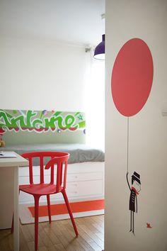 Chambre de garçon rouge et vert, qui aime le street art réalisée par Delphine Guyart Design